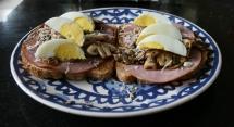 Brood met gebakken champignons en ei