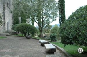 Каменные скамейки