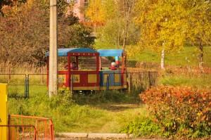 Дети ловят последние лучи солнца в парке