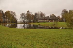 Дом-музей Осиповых-Вульф с прудом около дома