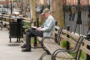 Отдыхающий американец в парке