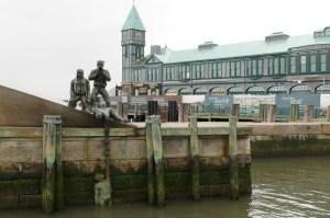 Памятник погибшим морякам на набережной