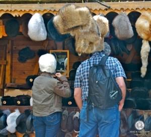 Покупатель шапки-ушанки