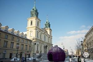 Ёлочный шар на фоне церкви