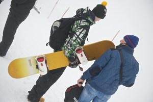 Сноубордисты на горе