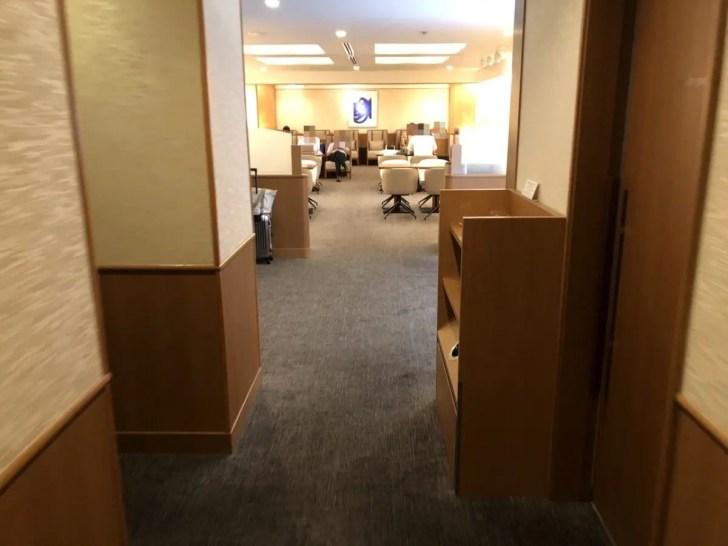 【狭すぎてがっかり】JAL CLUB ESTで関西空港のサクララウンズを利用