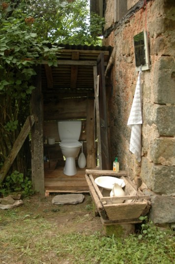 The beginning of barn life toilette-001