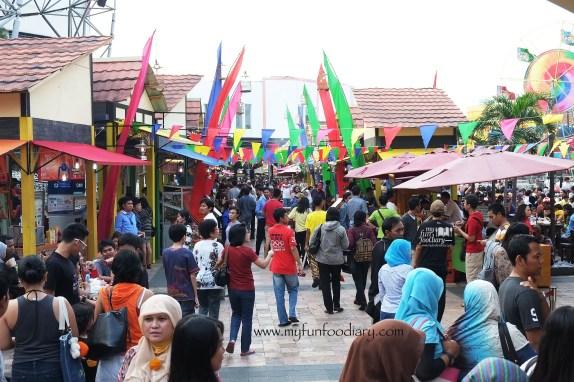 Tampak Keramaian pengunjung Kampoeng Tempo Doeloe Fashion Food Festival 2014 at La Piazza by Myfunfoodiary