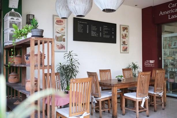 Suasana cozy minimalis at The Baked Goods - by Myfunfoodiary
