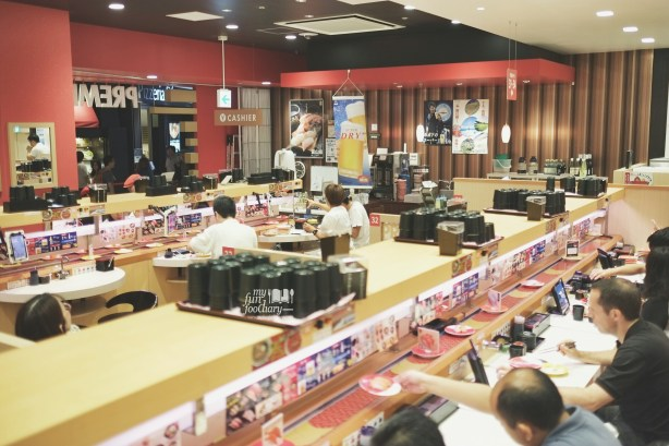 The Crowd at Premium Sushi Train KAIO Sushi at Diver City Tokyo - by Myfunfoodiary