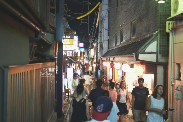 The Crowd at Ponto-Cho Alley Kyoto by Myfunfoodiary 02