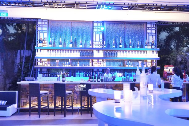 View to the Bar at BLU Shangri-la Jakarta - by Myfunfoodiary