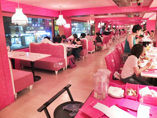 The Crowd inside Barbie Cafe Taiwan by Myfunfoodiary