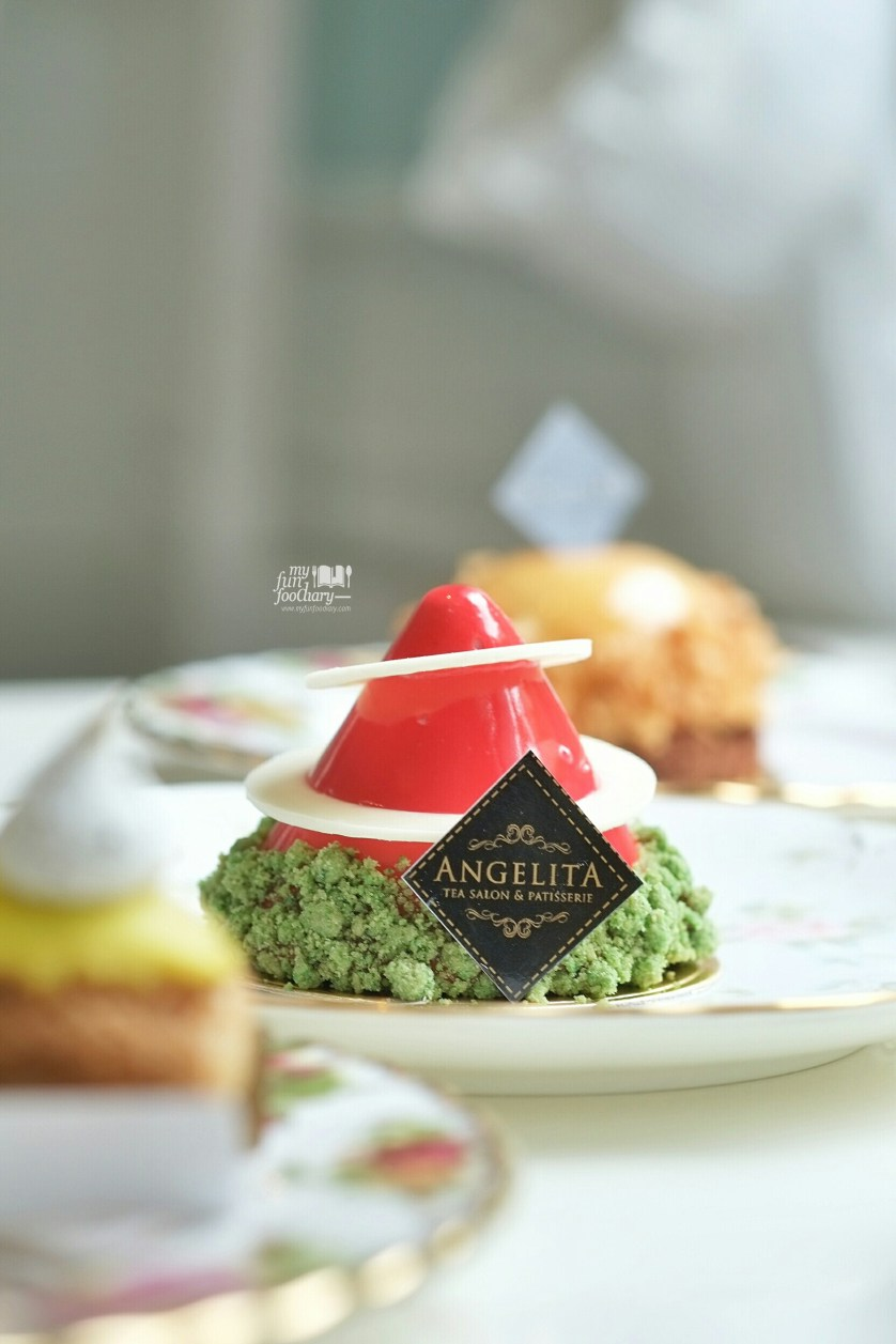 Santa Hat at Angelita Patisserie by Myfunfoodiary 01