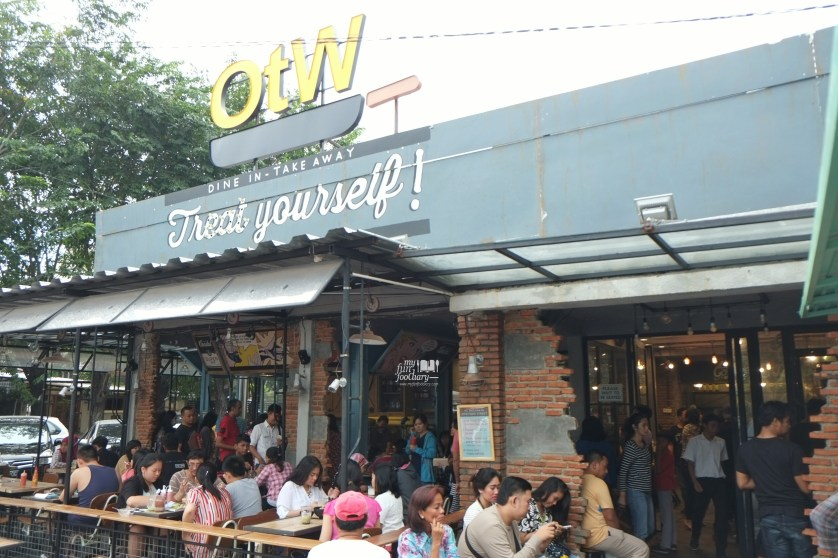 Tampak Depan OTW Food Street Gading by Myfunfoodiary