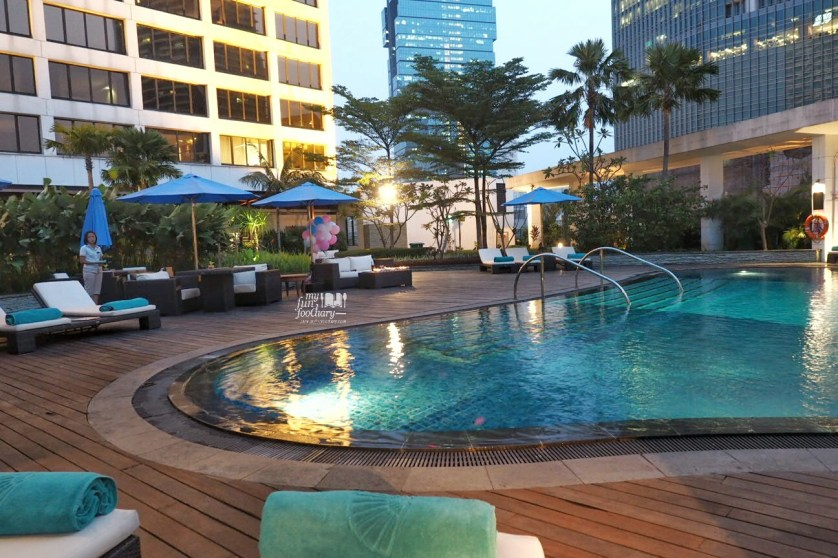 Poolside at Mandarin Oriental Jakarta by Myfunfoodiary