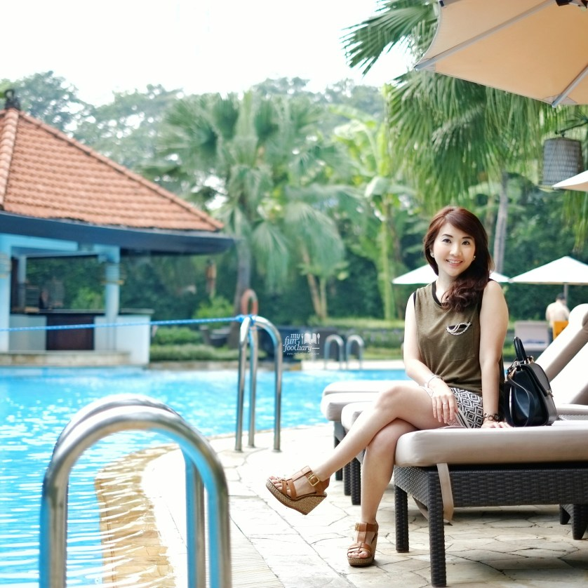 Mullie pose next to the swimming pool at Shangrila Surabaya by Myfunfoodiary