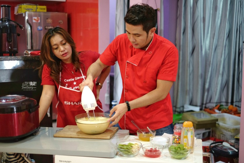Keseruan salah satu peserta dengan Chef Billy for Sharp Indonesia by Myfunfoodiary