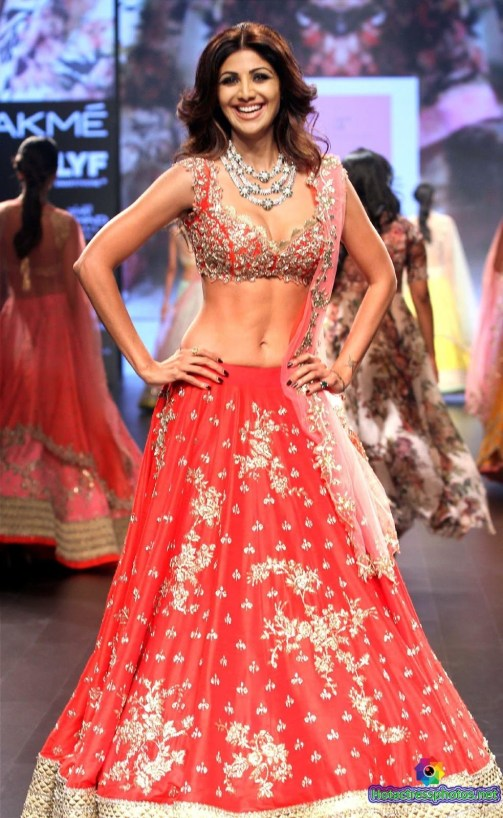 shilpa-shetty-hot-and-sexy-deep-cleavage-and-navel-photos-at-lakme-fashion-week-2016-7