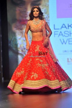 shilpa-shetty-walks-the-ramp-for-anushree-reddy-lfw-2016_147244665990