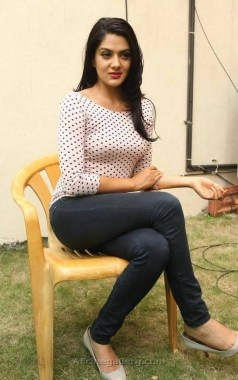 sakshi-chaudhary-new-stills-at-james-bond-press-meet-23