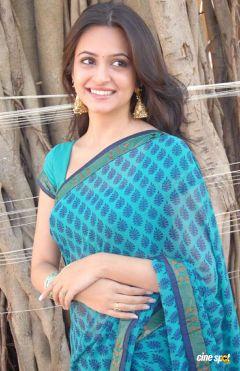 kriti-kharbanda-saree-stills-_2_