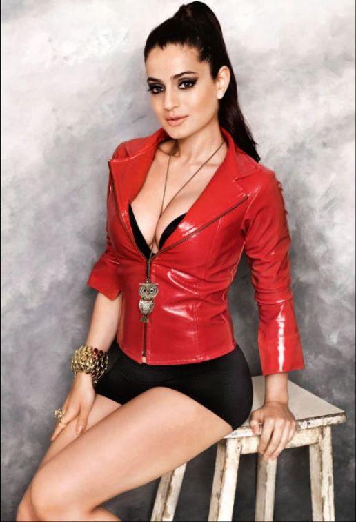 indian-bollywood-actress-amisha-patel-hot-and-sexy-bikini-photos-3