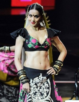 Bipasha-Basu-Looks-Hot-in-Desi-Style-at-IIFA-Awards-2011-Photos