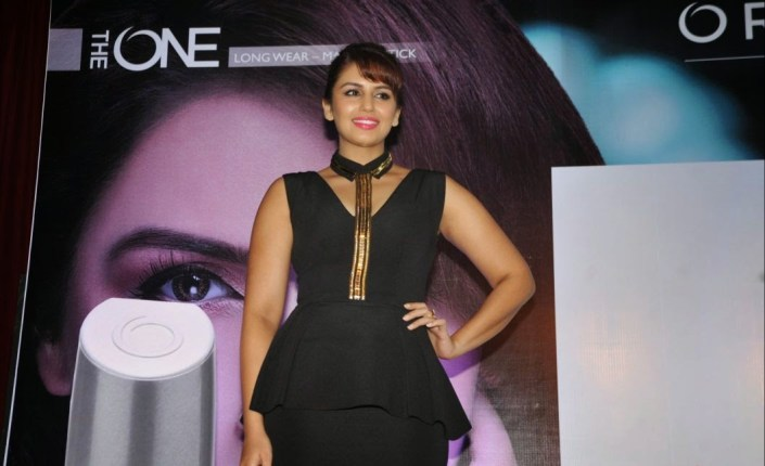 Huma Qureshi 2016 Hot Stills In Black Dress (5)