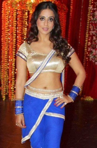 Mahi-Gill-Navel-Show-Photos-in-Gang-of-Ghosts-Movie-3