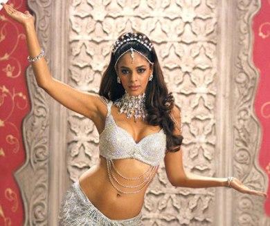 Mallika-Sherawat-perform-it