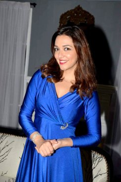 Nauheed_Cyrusi_snapped_on_the_sets_of_the_play_The_Buckingham_Secret_in_2014_(01)