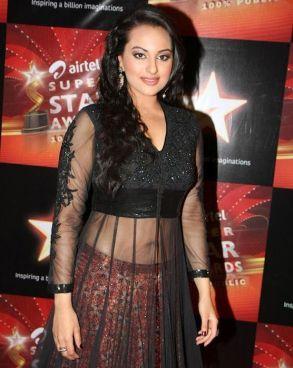 Sonakshi-Sinha-hot-At-Star-Awards-function