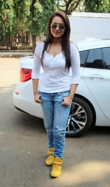 Sonakshi Sinha Latestl Pics in White T-Shirt (13)