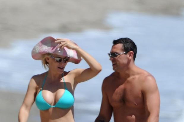 Jenny-McCarthy-Bikinis-in-Malibu-With-Her-Boyfriend-and-Son-4-620x413