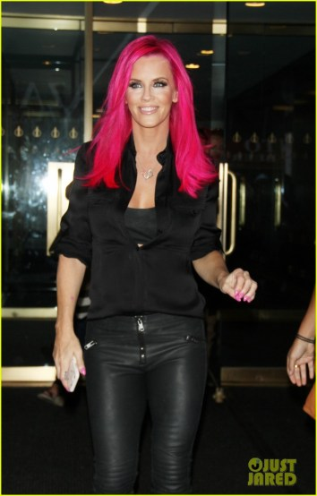 jenny-mccarthy-dyes-her-hair-hot-pink-23