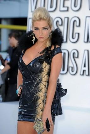 Kesha_hot_cleavage_leggy_MTV_1