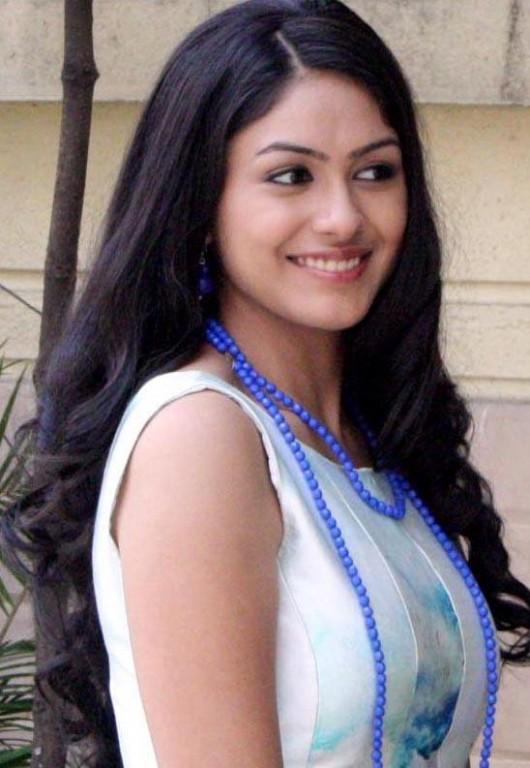 Mrunal-Thakur-cute-smile