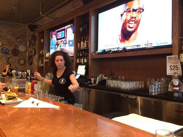 地ビールのテイスティング、バーのお姉さん