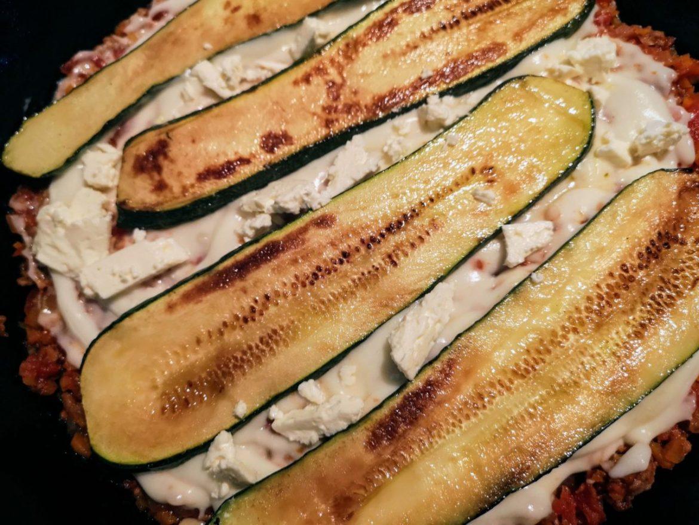 ズッキーニで作るムサカ風のレシピ―フライパン(スキレット)使用ーズッキーニとフェタチーズを加える