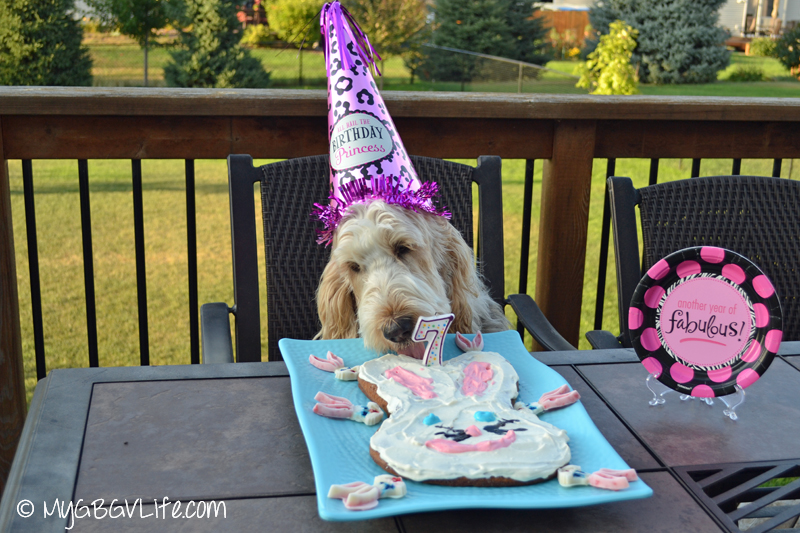 Mom, this wabbit cake is delicious! I don't want to wait for my guests!