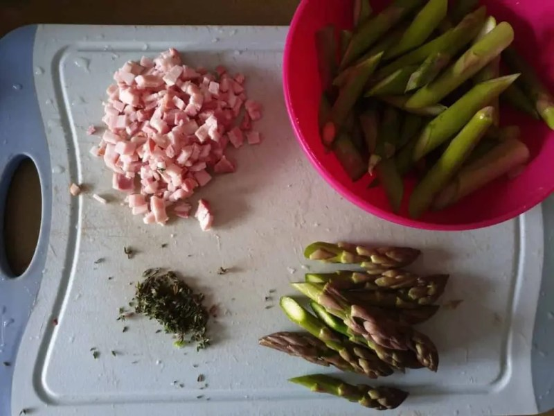 Ingredients for stir-fried asparagus