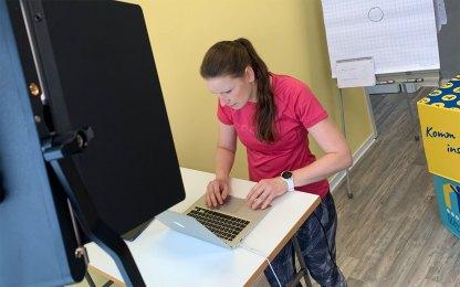 Studio_Anke-von-oben-am-Laptop