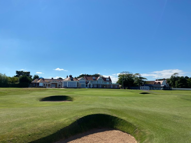 Muirfiled 18th green and clubhouse