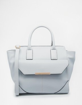 http://www.asos.com/it/ASOS/ASOS-Winged-Tote-Bag-With-Pocket-Detail/Prod/pgeproduct.aspx?iid=5454271&cid=6992&Rf-200=25%2C15%2C20%2C2%2C16%2C9%2C12%2C5%2C6&sh=0&pge=0&pgesize=36&sort=1&clr=Grey&totalstyles=191&gridsize=3&un_jtt_v_frompage=0