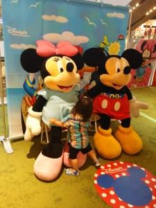 ミッキーとミニーの大きいぬいぐるみを触る後ろ姿の幼児