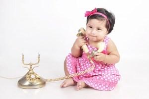 電話の受話器を持つ、小さな女の子