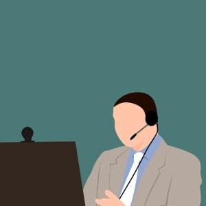 能面の男の人がインカムを付けてカメラ付きパソコンで作業しているイラスト