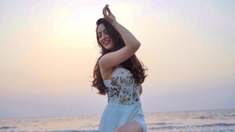 International Dance Day: Sandeepa Dhar gets the power to fight the pain, showed the dance on the sea shore