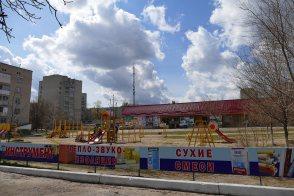 Детская площадка у торгового центра по проспекту Ленина в Изюме